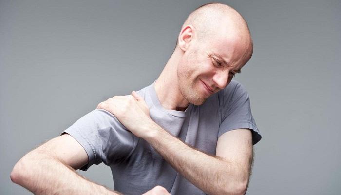 Болит плечо при поднятии руки