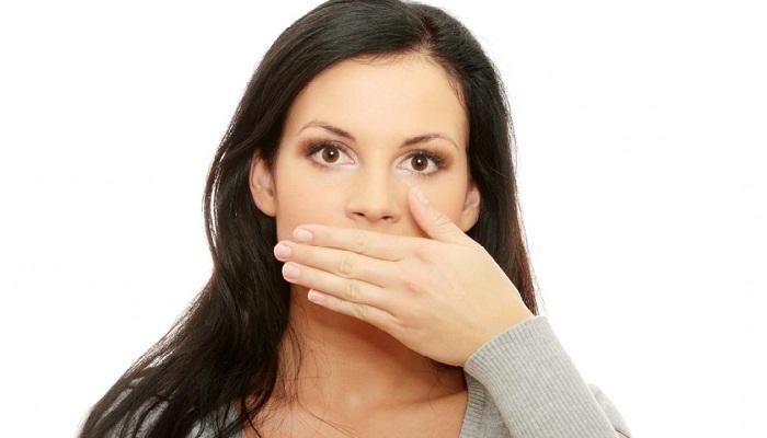 Болит язык сбоку