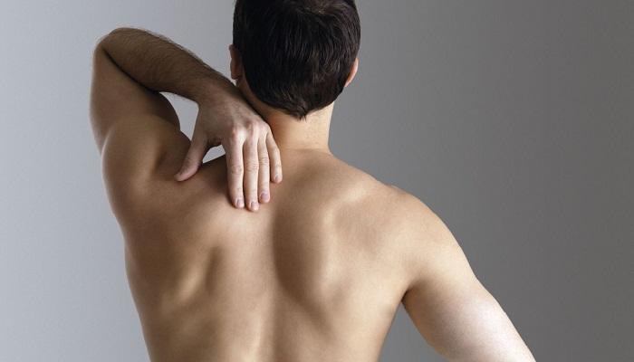Болит спина между лопатками