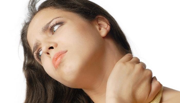 Болит шея спереди